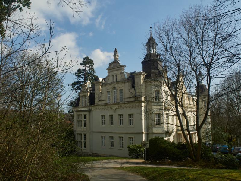 Luxemburger Schloß - Der Landesherr von Nassau hatte auch ein Schloß in Königstein, welches er auch nach der Okkupation Nassaus durch die Preußen behalten hatte. Die gewesenen Landesherren stellen nun die Herzöge von Luxemburg - daher der Name