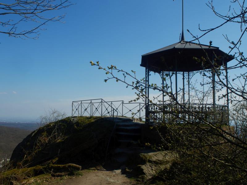 Der Dettweiler Tempel liegt in Nachbarschaft der Falkensteiner Burg auf einem Felsgrat und wurde 1886 errichtet