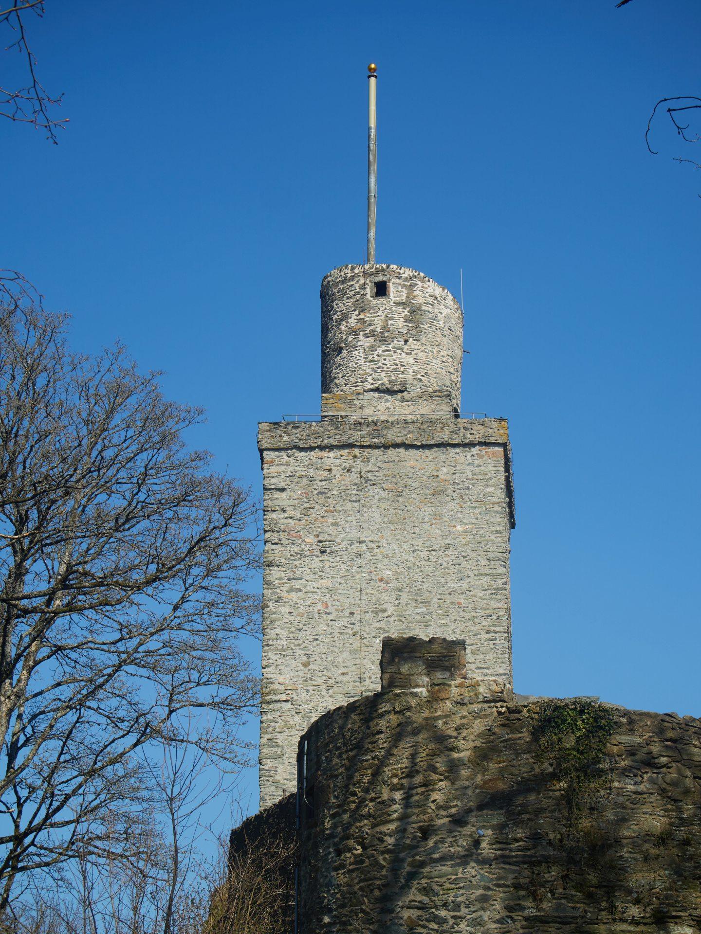Der mächtige Bergfried - der heutzutage leider meistens geschlossen ist. Ich erinnere mich aus Kindertagen auch noch an einen recht wackeligen Aufstieg.