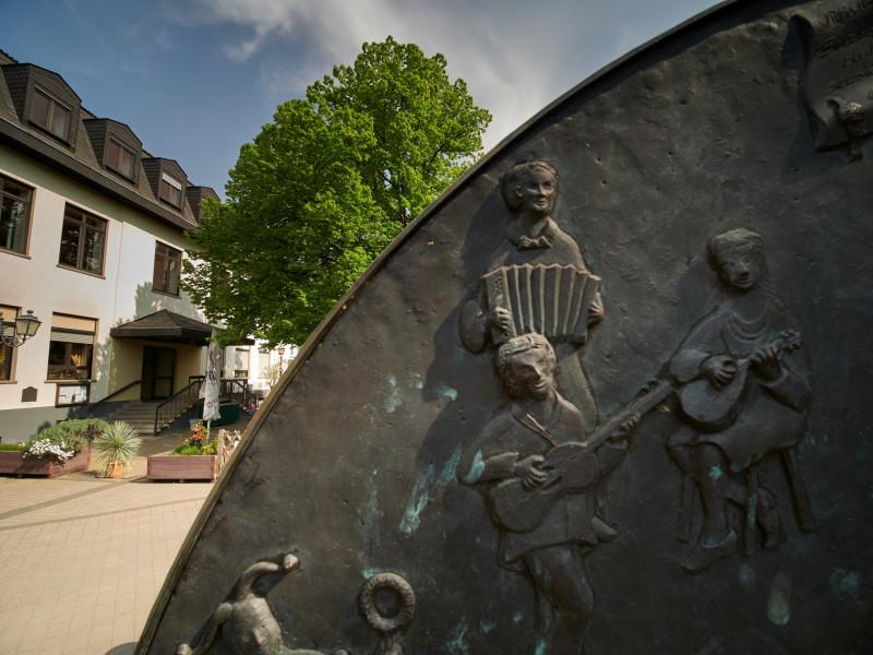 Die alte Schule, Brunnen mit Darstellung der Ortsvereine und Dorflinde