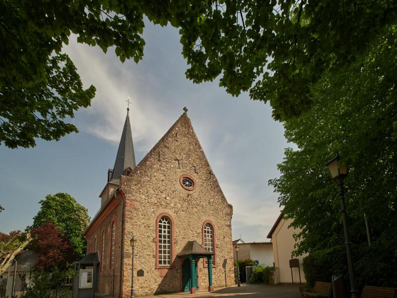 Die Kirche, 1724 wieder aufgebaut, nachdem sie in der Schlacht bei Höchst zerstört worden war und über viele Jahre eine Behelfskirche benutzt werden mußte. Der Kirchturm und Teile der Apsis sind original aus dem 11.Jahrhundert. Die Orgel eine schöne und wohlklingende Barockorgel