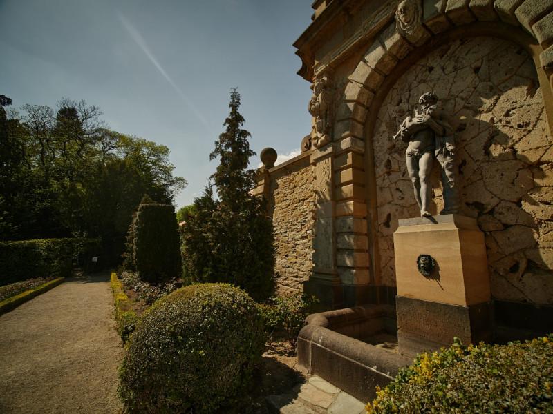 Herkules mit Telephos und Cerberus am nördlichen Ende des Parks im Rosengarten
