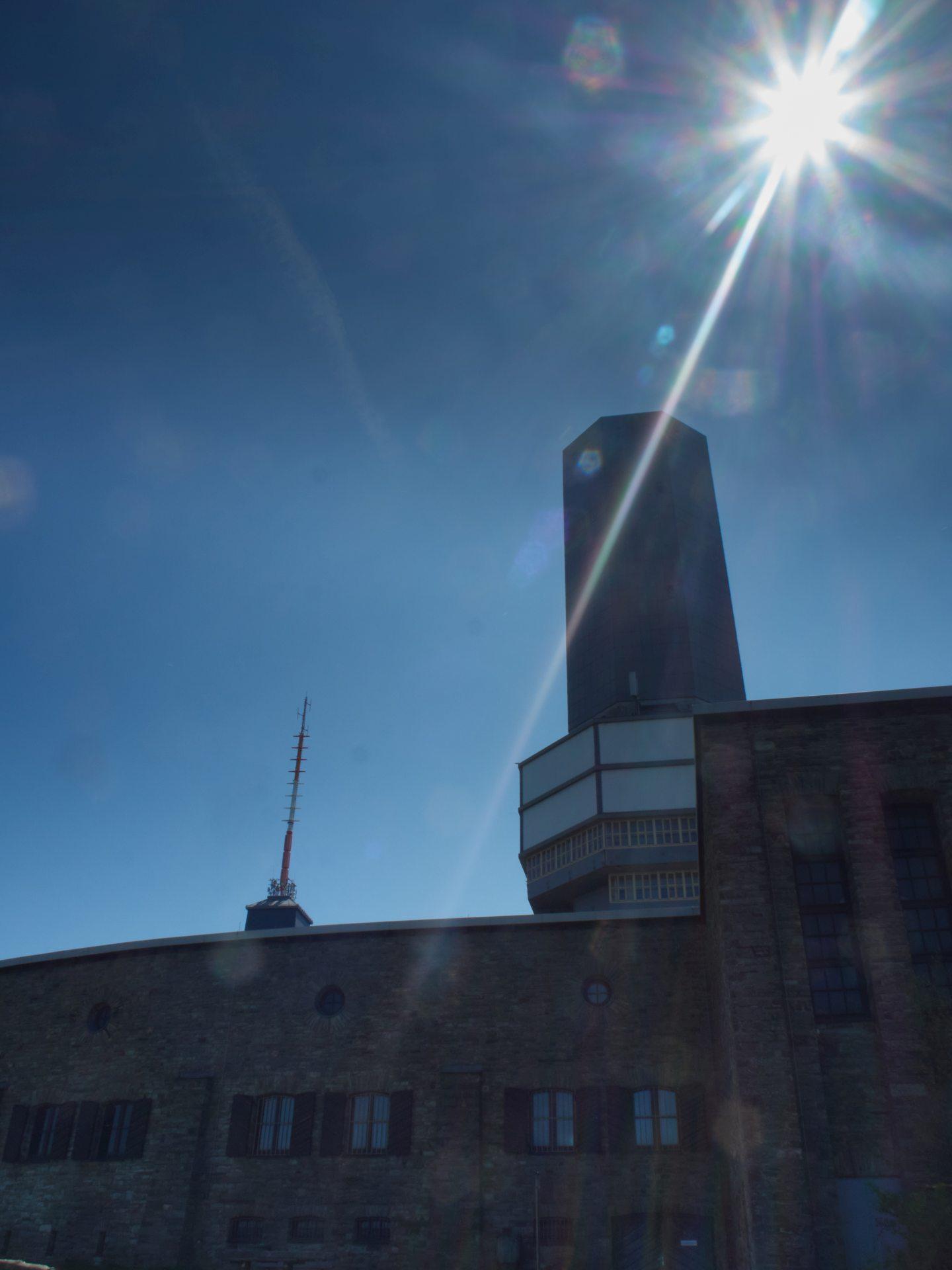 Der Fernsehturm aus den 30er Jahren im Gegenlicht