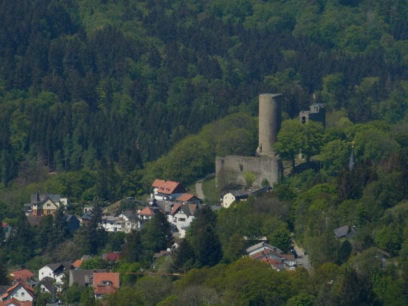 Oberreifenberg mit Burg - von unten habe ich keine schöne Position gefunden, sie zu fotographieren. Ich habe auch nicht intensiv gesucht