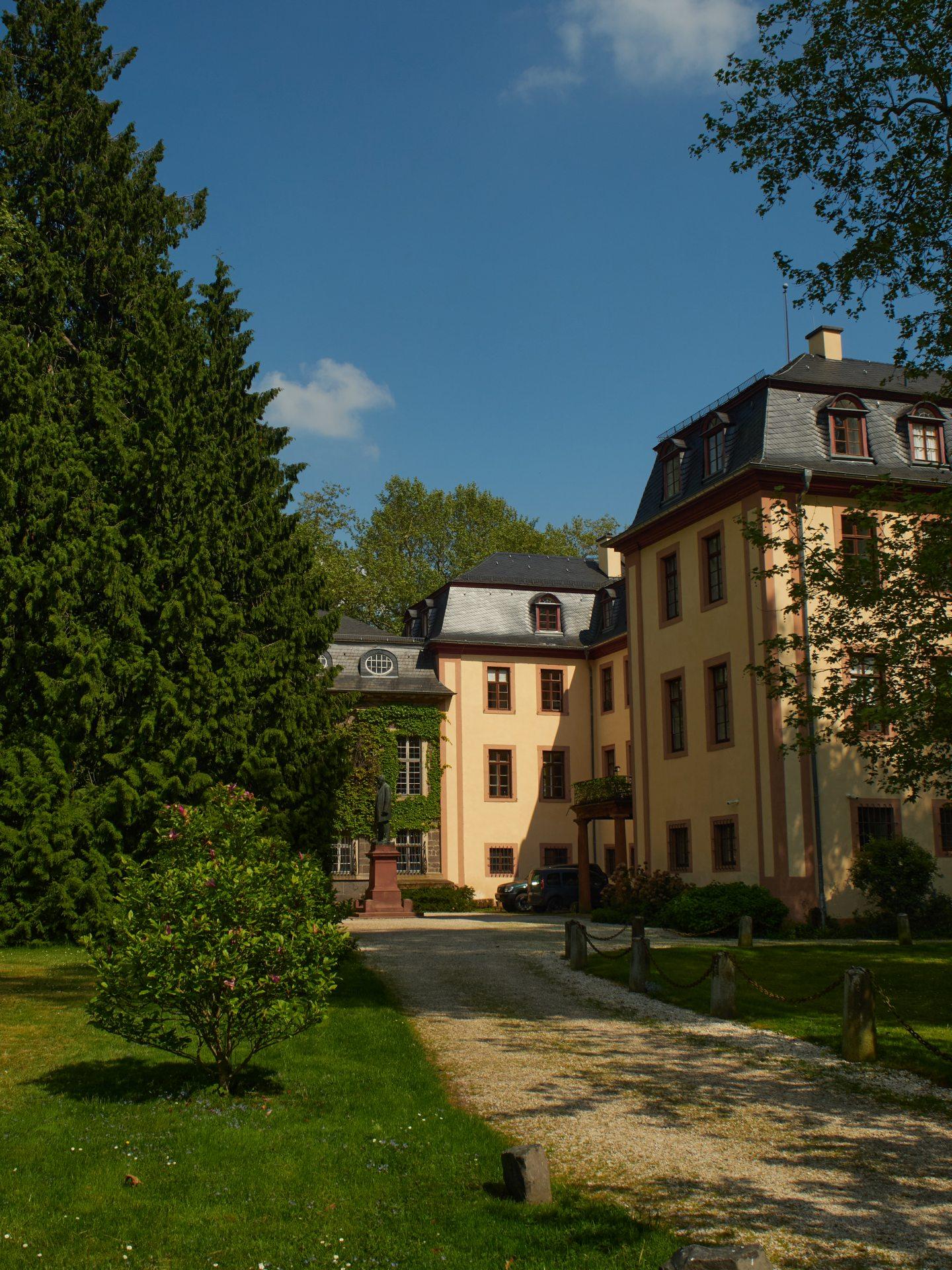 Das Schloß der Fürsten zu Solms. Es ist im Besitz der Familie und der Zutritt nicht gestattet. Den Schloßpark haben sie immerhin öffentlich zugänglich gemacht