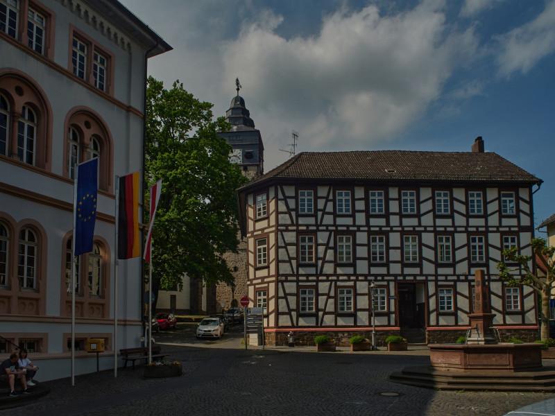 Rathaus und die Kirche (dort habe ich vor vielen Jahren gespielt)