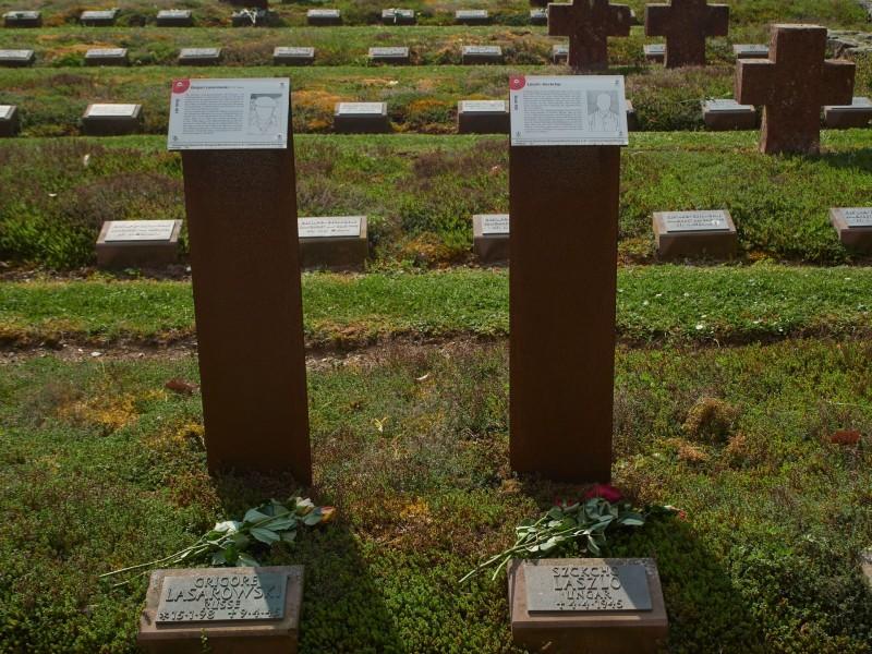 In den letzten Kriegstagen hat die Waffen SS noch Kriegsgefangene umgebracht. Doch auf diesem Friedhof liegen auch arme Buben, die im April und selbst Mai 1945 noch starben, manche erst 16 Jahre alt