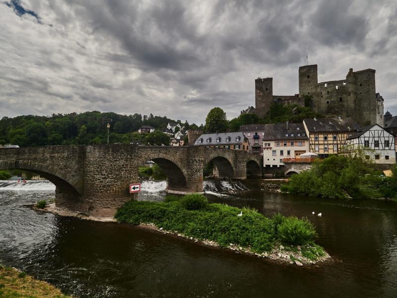 Die alte Lahnbrücke und Burg Runkel