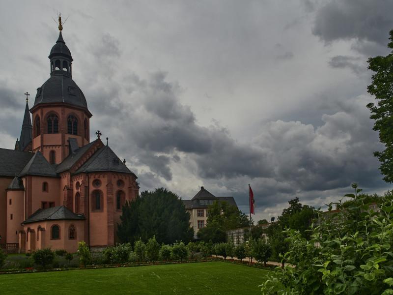 Einhard, der Biograph Karls des Großen gründete das Kloster 830 und die ältesten Teile der Basilika gehen auf diese Zeit zurück. Ursprünglich sollte wohl die etwas früher gegründete Basilika in Michelstadt seine Grablege werden, doch letztenlich ruht er nun hier