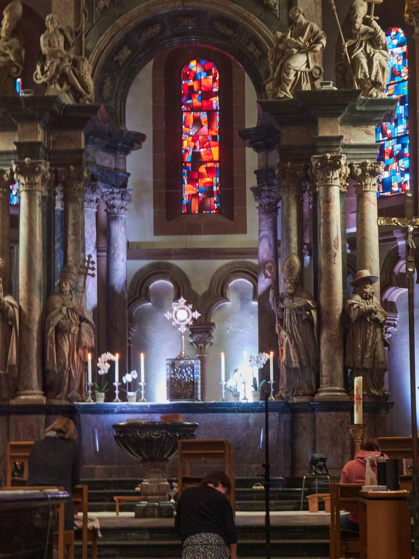 Im Inneren ist die Basilikaa weniger beeindruckend als gedacht. Das Grab Einhards habe ich nicht gefunden. Mit Gesichtskondom sah ich auch zu, schnell wieder aus der Kirche zu kommen