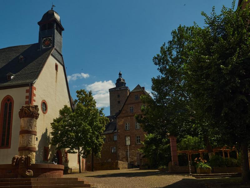 Am Märchenbrunnen - mit Kirche und Burg