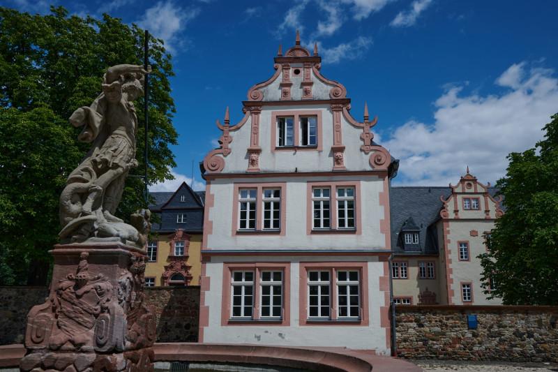Deutschordenshaus (Finanzamt) und Georgsbrunnen