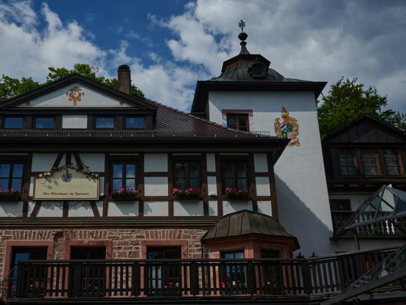 Das Wirtshaus im Spessart - ohne Liselotte Pulver nur halb so reizvoll (https://www.youtube.com/watch?v=37-hRg-DzGM - ein Film von 1958. In Auszügen ist das charmant anzuschauen, aber in Summe viel zu kitschig)