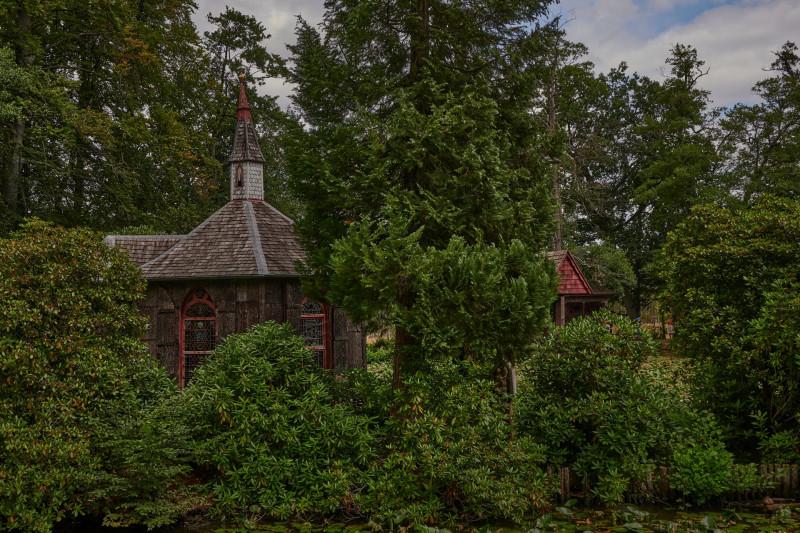 auf einer Insel in einem künstlichen See steht diese Kapelle