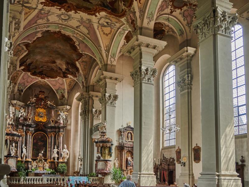 die Kirche von 1751 erstrahlt in spätbarocker Pracht mit wunderschönen Deckenfresken und reicher Verzierung des Innenraums