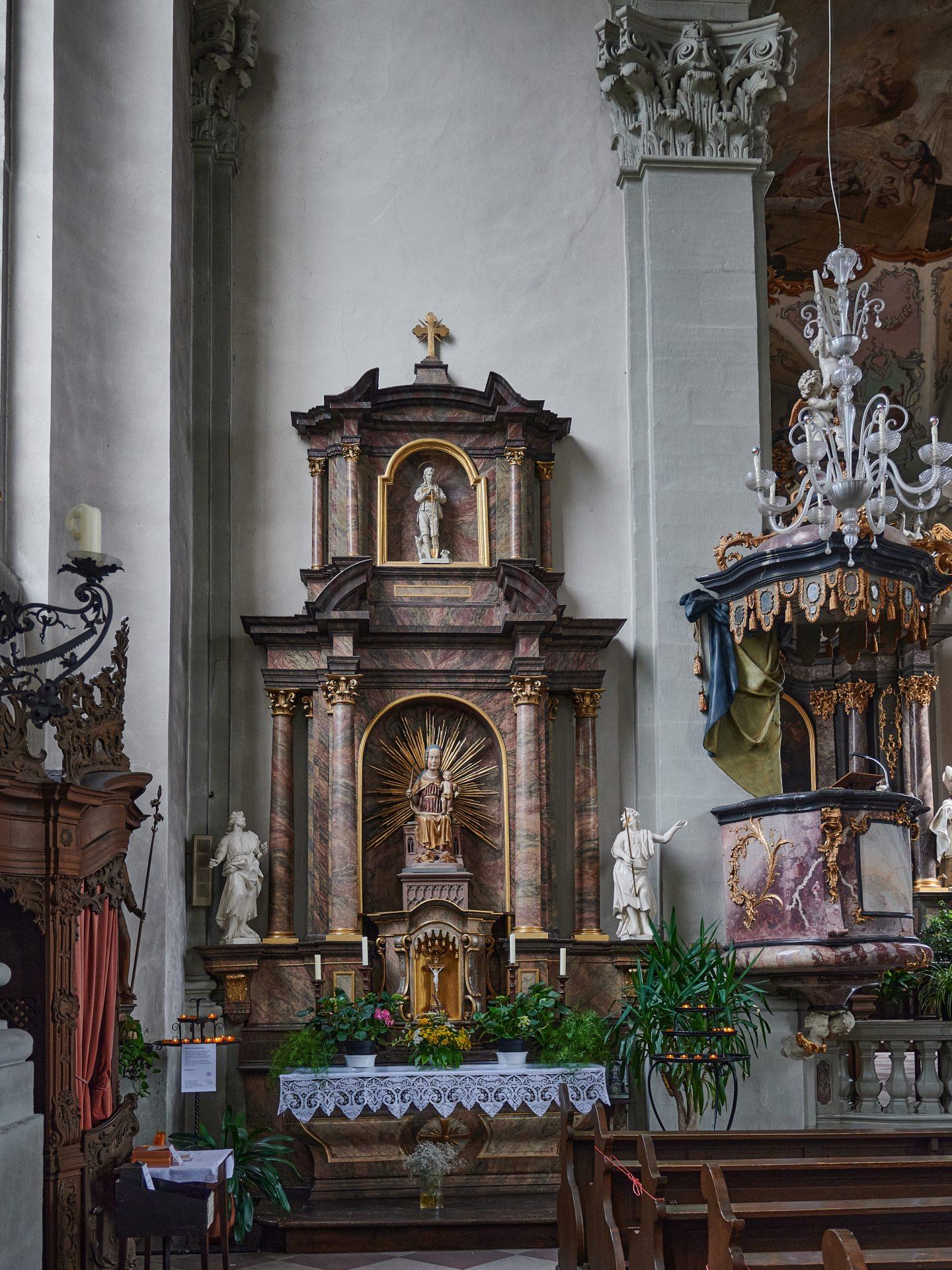 Im barocken Altar eine Statue aus dem 15.Jahrhundert
