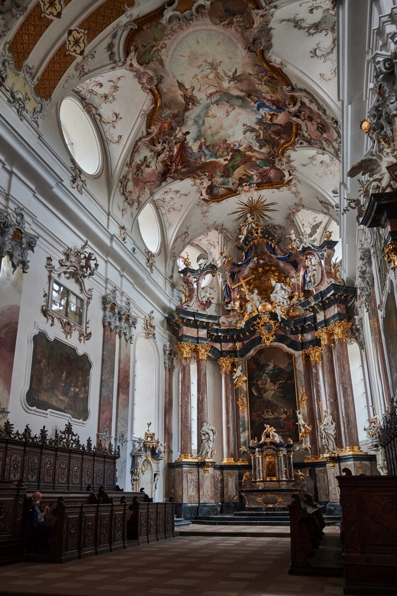 """Hochaltar mit dem Altarbild """"Aufnahme Mariens in den Himmel"""""""