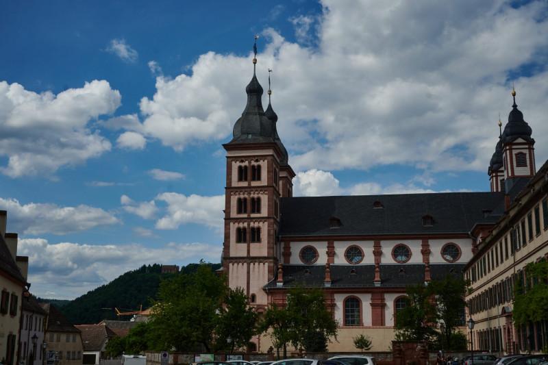 Die Abteikirche der ehemaligen Benediktinerabtei - auch die Abtei, deren Gründung um 734 datiert mit ihren Gebäuden und Ländereien sind im Privatbesitz der Fürsten zu Leiningen