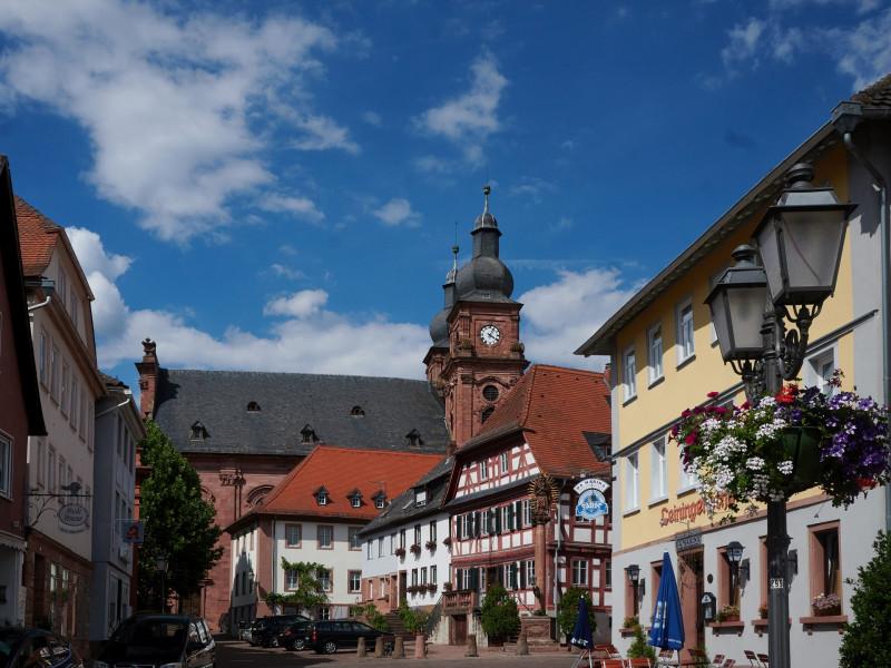 die katholische Kirche Amorbachs (St. Gangolf) ist schon recht beeindruckend
