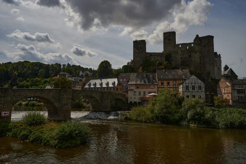 Die Lahnbrücke und Burg Runkel von der anderen Seite der Brücke aus