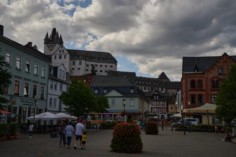 Das Landgrafenschloß Dietz vom Marktplatz aus gesehen