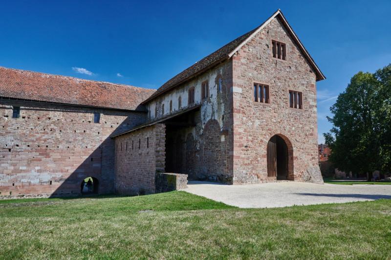 Die Basilika wirkt von außen wie eine Scheune - als solche wurde sie auch lange benutzt