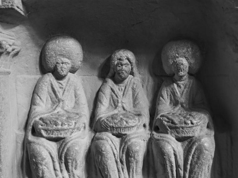 Die Haartracht der Figuren am Rand machte neugierig. Afrikanische Sklaven waren nördlich der Alpen eher ungewöhnlich und die Streitkräfte, die in der Saalburg lagen waren anfänglich Briten, später Räter (Schweizer)