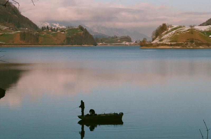 Einer der wenigen schweizer Seen, an denen im Winter geangelt werden darf