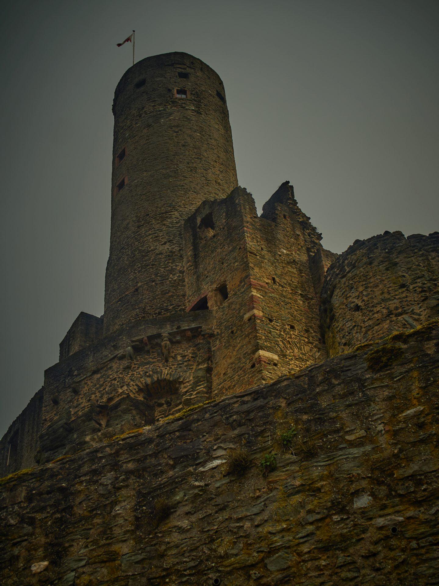Die Burg — ich bin hoch, auch wenn bereits unten anstand, daß geschlossen sei. Ich finde, für das Foto hat sich der Aufstieg gelohnt