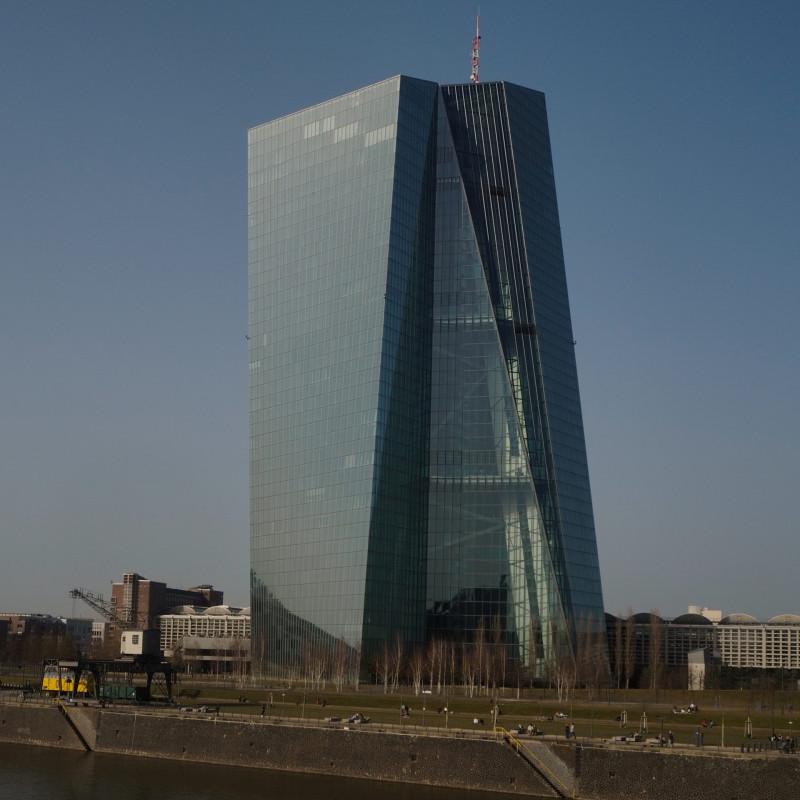 EZB und Großmarkthalle — das alte Gebäude aus den 20ern ist denkmalgeschützt. Es hatte auch seinen eigenen Charme. Sicher ist die Aussicht vom EZB-Turm ganz nett, aber diese Glastürme sind nicht meine Welt