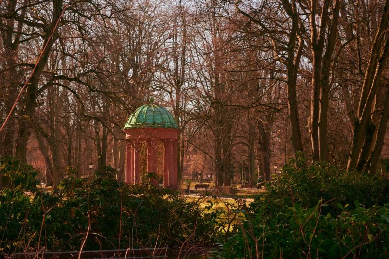 """Viktoria war der Name einer Tochter der bekannten englischen """"Mutter Europas"""". Sie war Frau des 99-Tage-Kaisers Fredrich II. und Mutter von Willi zwo — sie nahm ihren Witwensitz in Kronberg und hinterließ vielfältige Spuren, auch diesen ihr gewidmeten """"Tempel"""""""