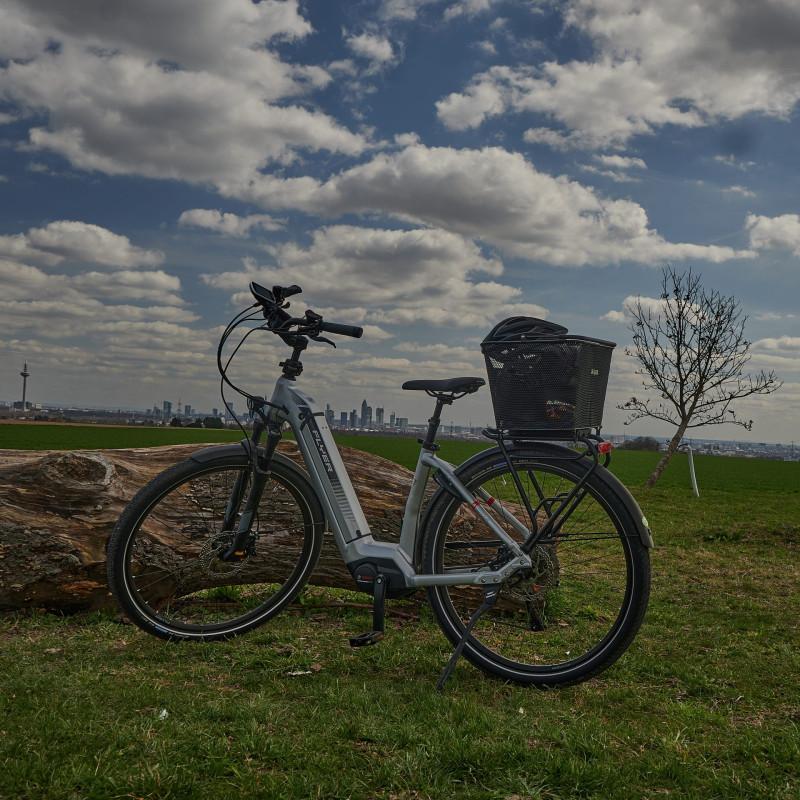 Mein Beförderungsmittel. Ich habe mich ja lange gegen Fahrradhelm und eBike gesträubt. Der Helm stört kaum und einen Motor zu haben macht das Radeln schon auch angenehmer, vor allem, wenn man es mit den Knochen hat