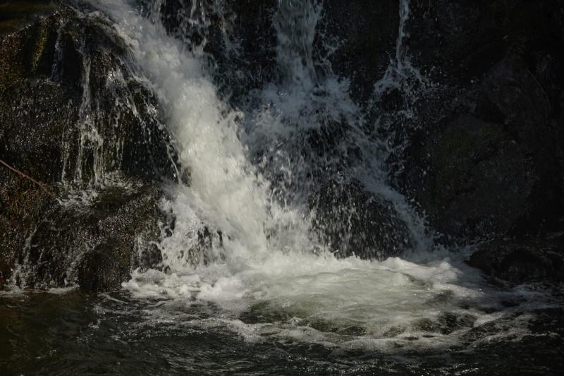 Da stürzt sie in die Tiefe, die noch junge Nidda - was dem Ami die Niagarafälle, dem Afrikaner die Viktoriafälle ist dem Hessen der Niddafall 🙂