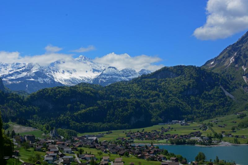 Der Ort mit den Berner Alpen im Hintergrund