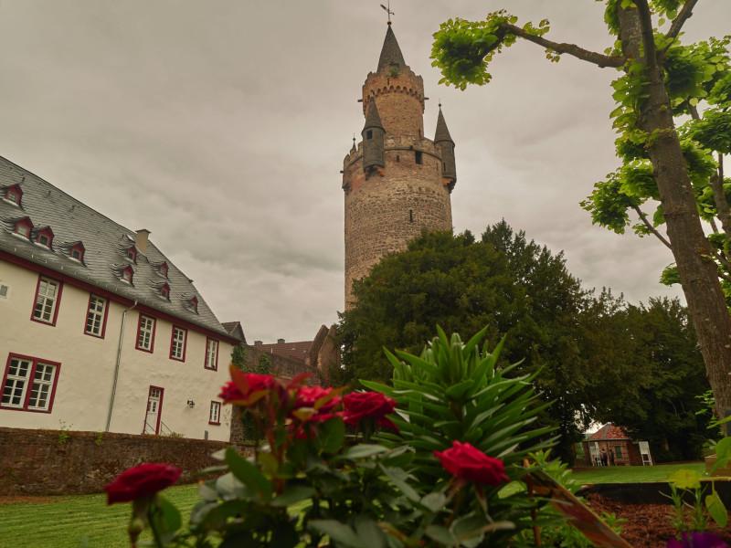 Der Adolphsturm aus dem 12.Jahrhundert, das Wahrzeichen Friedberg. 54,42, mit Wetterfahne 58,22 Meter hoch