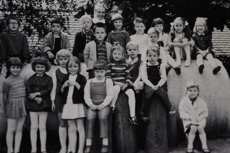 Ein paar Leutchens auf dem Bild (müßte so etwa 1968 oder 1969 gewesen sein) erkenne ich sogar noch (außer mir): Claudia, Elke ... Das ist im Kindergarten an der Kirche im Ort aufgenommen. Ich glaube, ein so ausgestatteter Spielplatz würde man heutzutage ein Sicherheitsrisiko nennen und die Eltern hysterisch Beschwerde einlegen 🙂