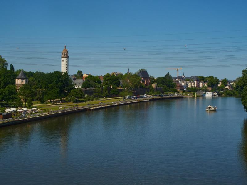 Von der Leunabrücke den Main entlang fotographiert: Altes und neues Schloß, Justinuskirche, Bolongaropalast und die Mündung der Nidda in den Main