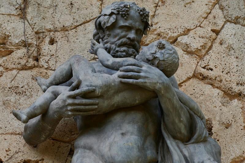 Silenos mit dem kleinen Bacchus in seinen Armen — Statue im Rosengarten des Schlosses