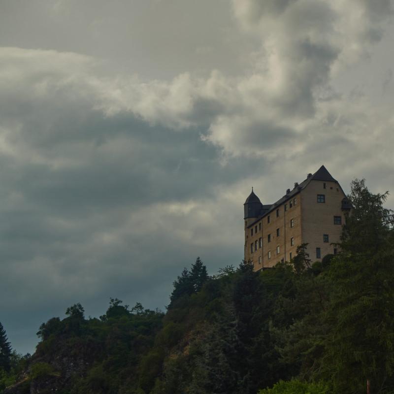 Die Burg Schadeck gegenüber, die als Antwort und Schutz vor der Burg Runkel zwischen 1276 und 1288 erbaut wurde