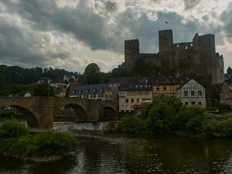die alte Lahnbrücke und die Burg Runkel