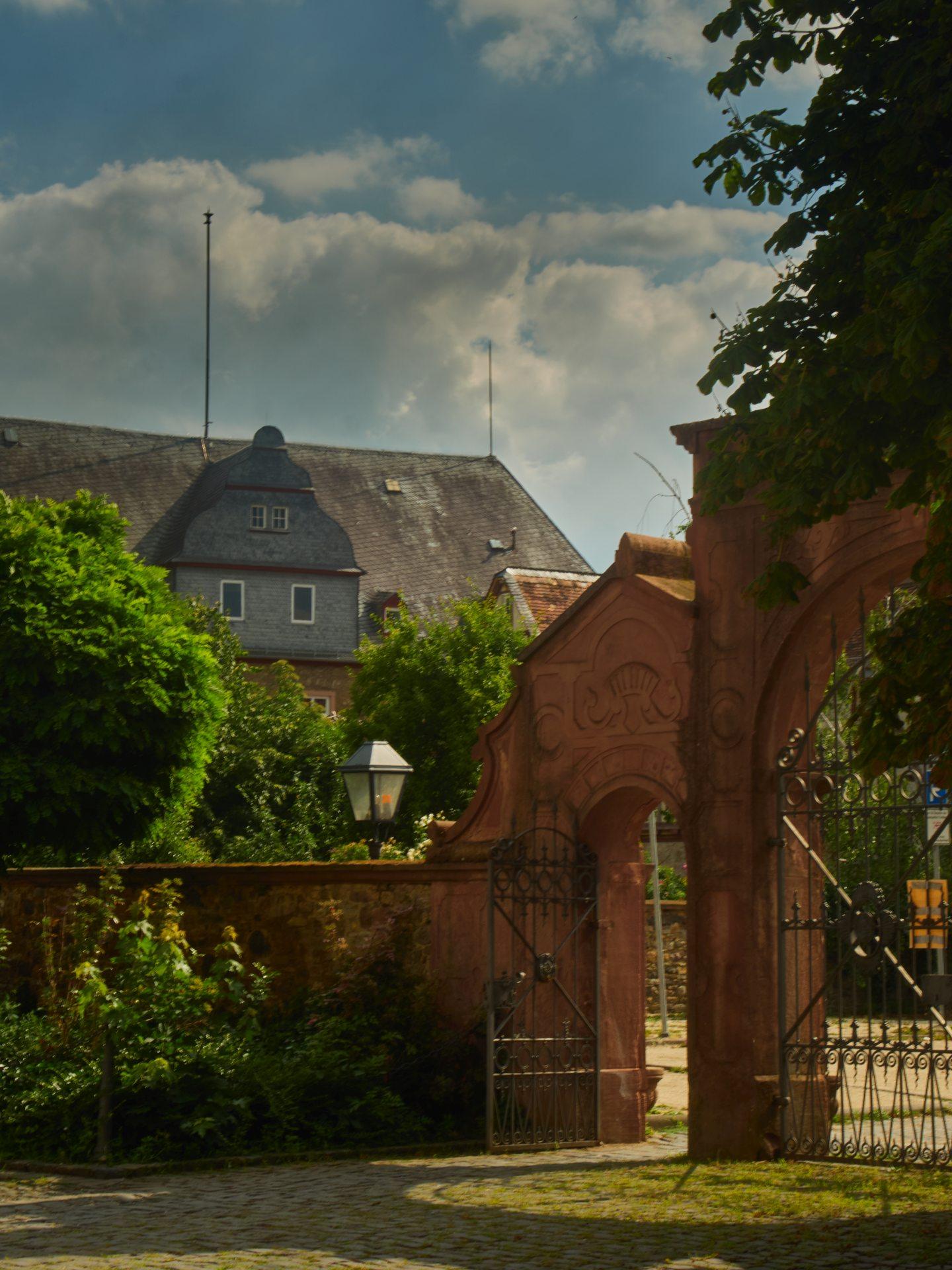 Das 1604 — 1610 erbaute Schloß mit Deutschordenshaus: Hier das Renaissancetor von 1611