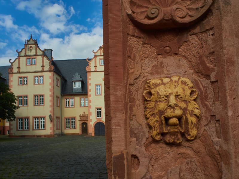 Detail des Renaissancetors und Teil des Schloßes