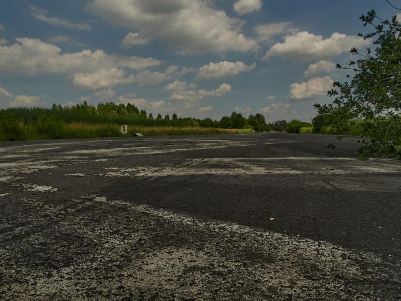 Die Landebahn des alten Flughafens: Die Kinder benutzen sie um Fahrradrennen zu fahren, Skater tummeln sich darauf. Und einige sitzen einfach am Rand und genießen es dort