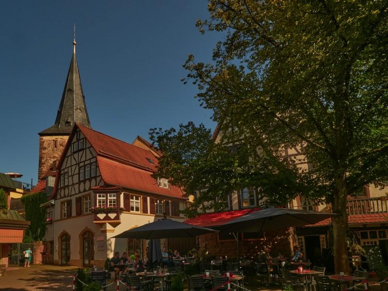 Lindenplatz in Eberbach — rechts das alte Badhaus, wo ich unter war. Links der Haspelturm