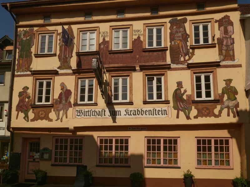 Zum Krabbenstein — das älteste Gasthaus der Stadt von 1627 mit einer Fassade in sgraffito-Malerei.