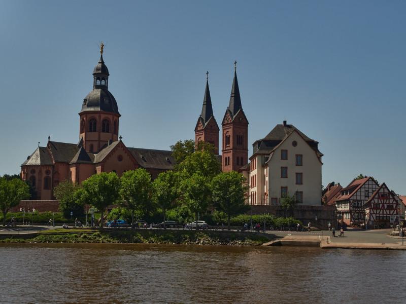 Einhardsbasilika Seligenstadt (ca. 830) — Einhard war Chronist von Karl dem Großen