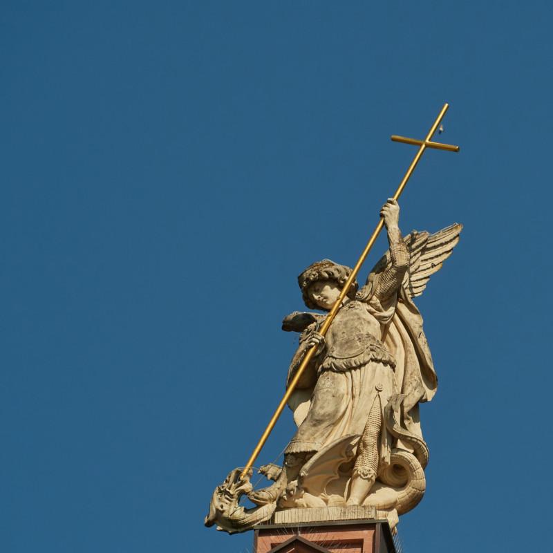 Der Erzengel Michael bezwingt den Drachen