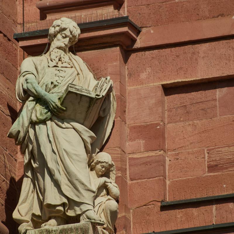 """Wahrscheinlich der Heilige Leonhard (der """"bayrische Herrgott"""") oder der Apostel Matthäus (wegen des Beutels)"""