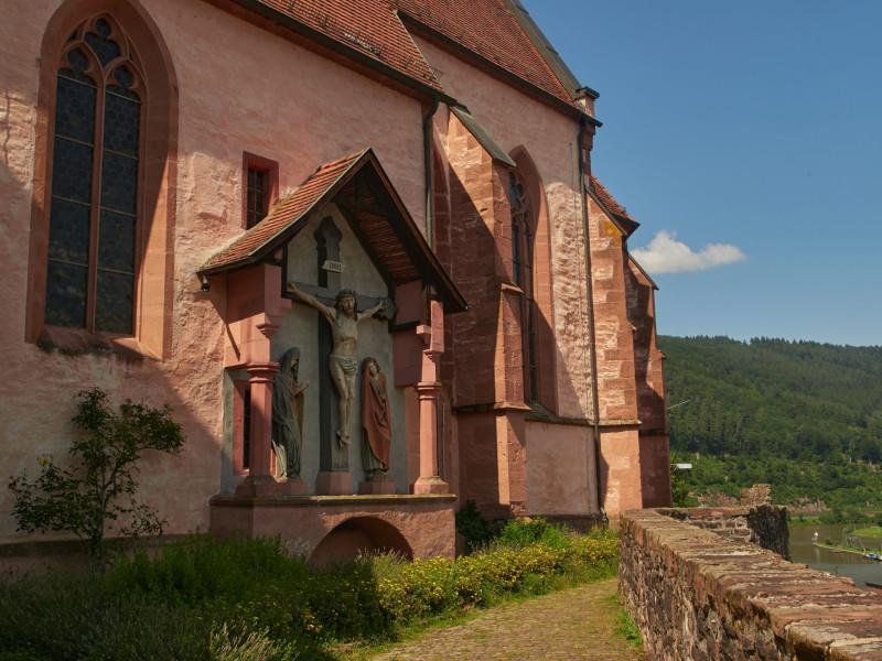 Außenansicht — hoch thront die Kirche über dem Neckar