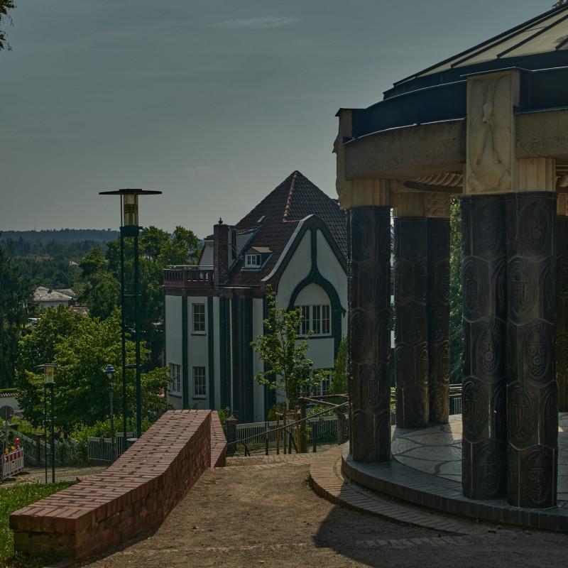 Hochzeitsturm, Ausstellungsgebäude und russische Kapelle mit dem Lilienbecken im Vordergrund. Rechts der Schwanentempel